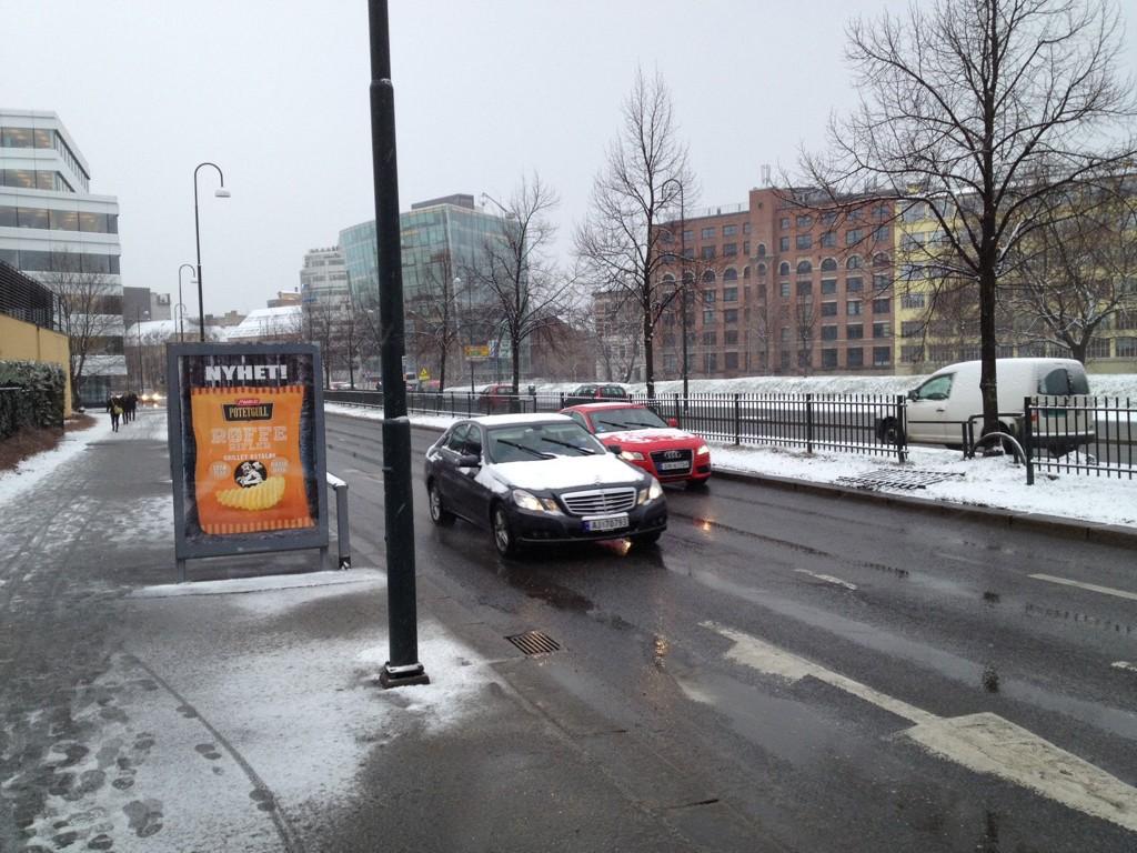 Oslo våknet onsdag morgen opp til snø og slaps etter en lengre periode med vårfornemmelser.