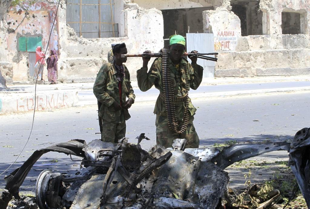 Al-Shaabab har gjennomført en rekke selvmordsangrep med biler. Her er vraket etter en bil som ble sprengt i luften utenfor en kafé i en forstad til Mogadishu i februar.
