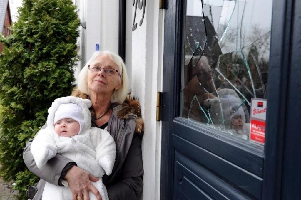 OPPGITT: Wenche Girlando har fått steinet huset sitt i Leikvollgata - her sammen med barnebarnet. (Foto: Per Langevei )