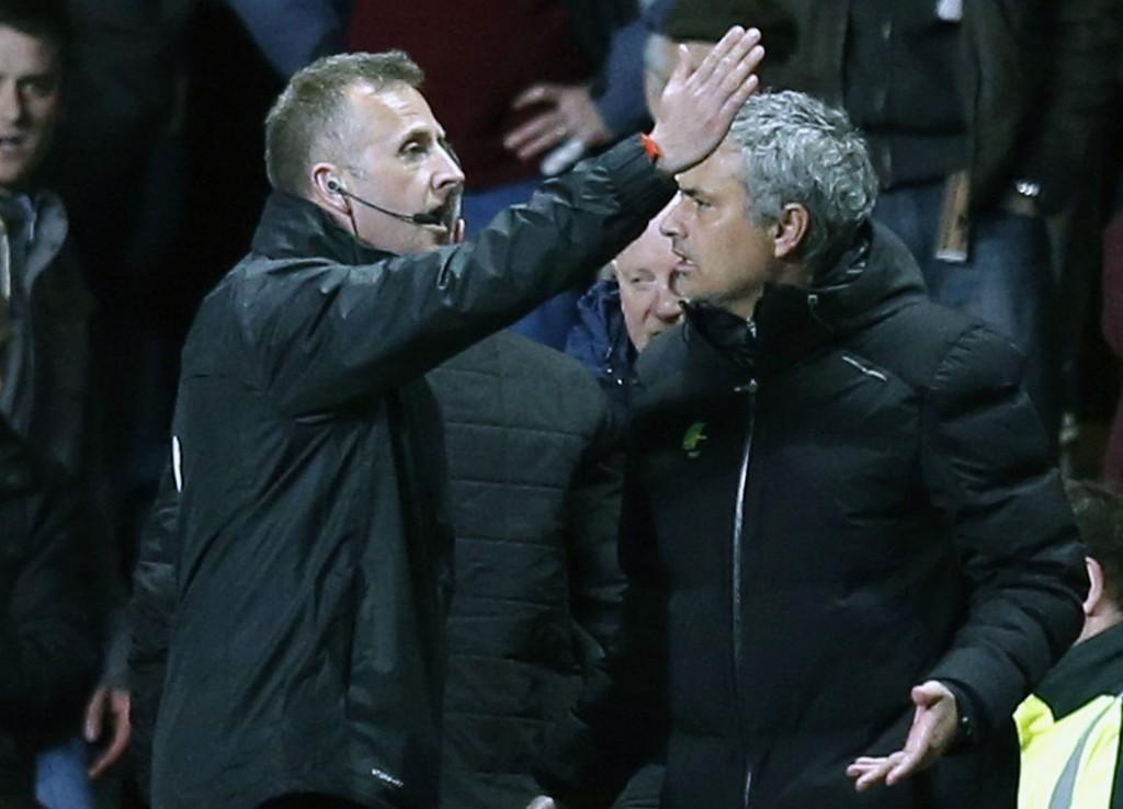 KAN BLI STRAFFET: José Mourinho ble vist på tribunen mot Aston Villa. Nå kan han bli straffet av FA.