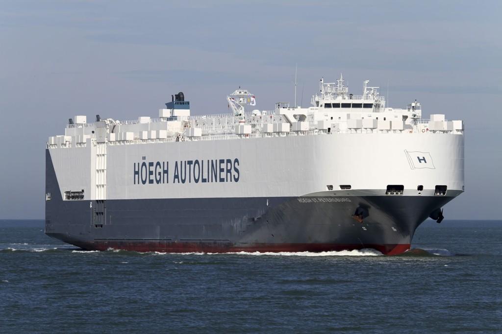 FORTSETTER LETINGEN: Høegh St. Petersburg fortsetter å lete etter det savnede flyet.