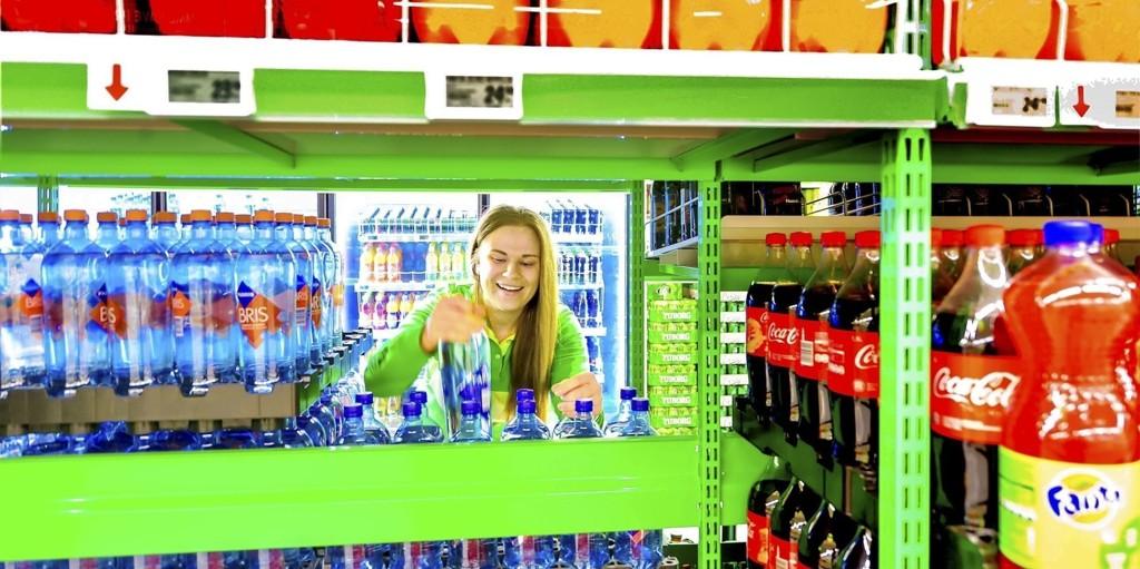 I KASSA PÅ KIWI: Veronica Lund (21) er strålende fornøyd med at hun vant kampen om en av jobbene på Lierskogen i konkurranse med nesten 600 andre butikkinteresserte søkere. Hun stortrives med arbeidsoppgavene - og med kundene.