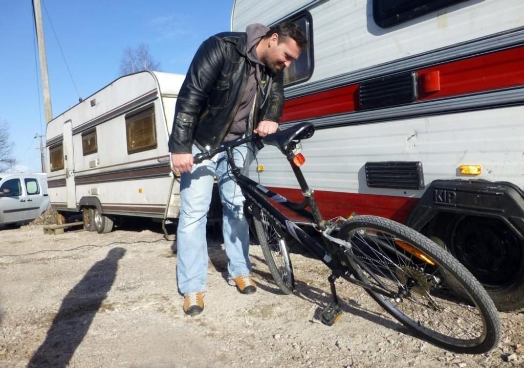 FUNNET: – Dette er min sykkel, utbrøt Lasse Brevik Sælid (35), som så bildet av sin stjålne sykkel i vår reportasje fra romleiren fredag. (Foto: Stig Nilsson)