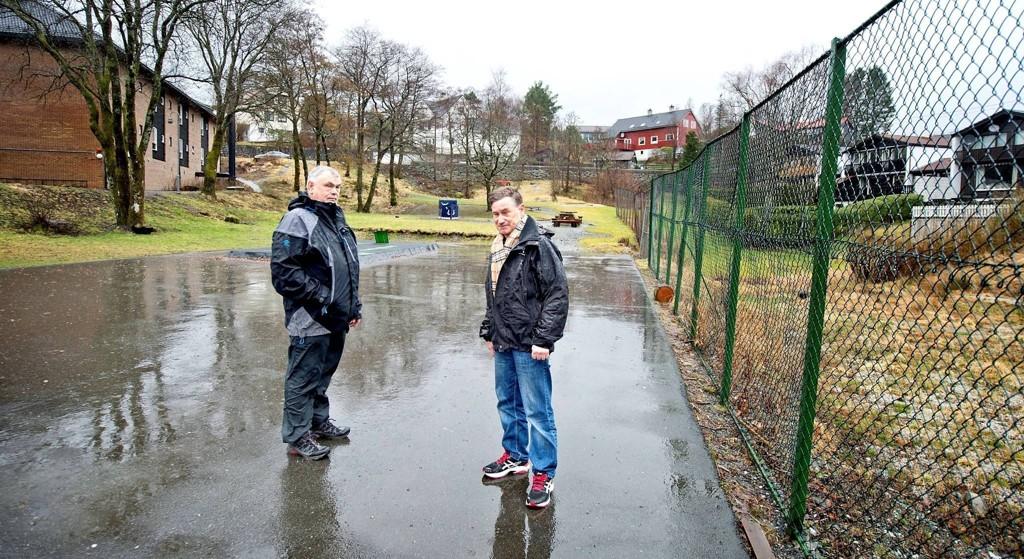 Vidar Børresen og Jan H. Janssen i Øvsttun velforening er skuffet over at kommunen har vedtatt at det nå er forbudt å skate på plassen de står på.