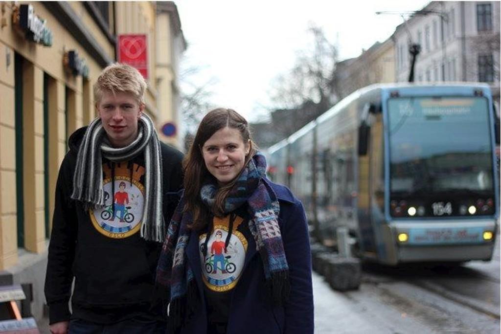 TRIKKEN MÅ FREM: Leder i Natur og Ungdom Ida Strømsø Morén foran trikken i Theresesgate (Foto: Privat).