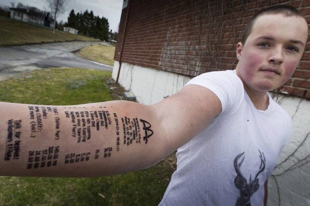 UTFORDRET: Etter å ha blitt utfordret av kompisene slo Stian Ytterdahl til med en heller spesiell tatovering på armen.