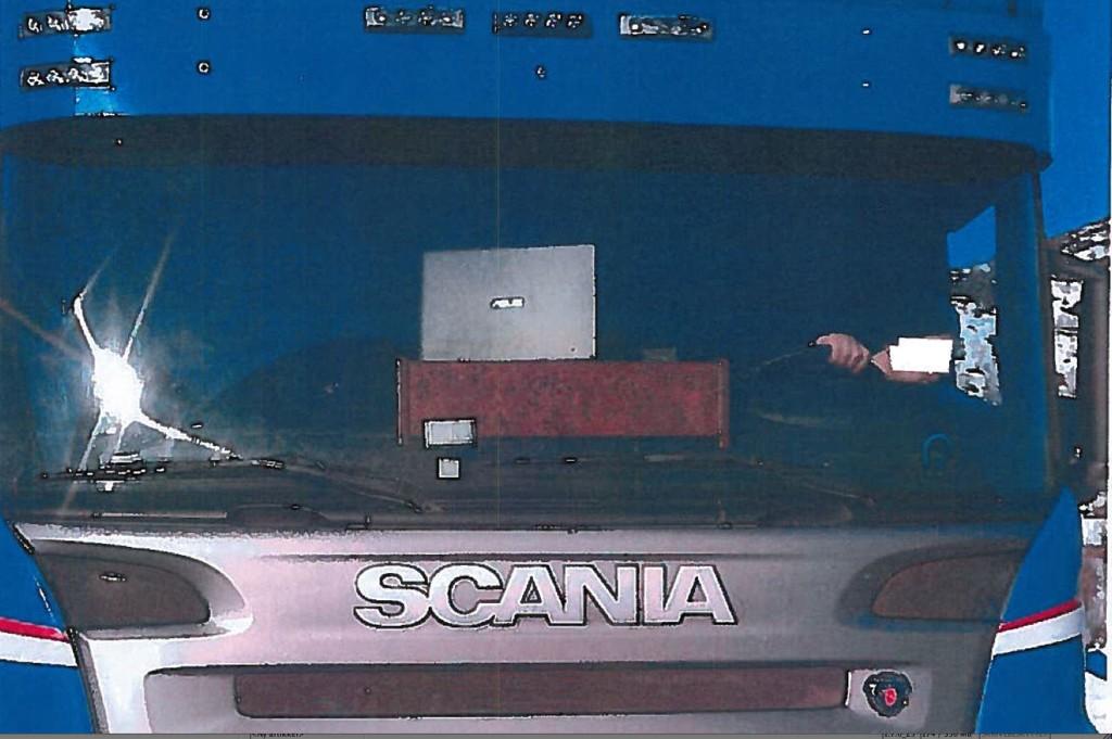MASKIN: Ser du hva som er galt i dette bildet? Lastebilsjåføren monterte en PC på dashbordet i bilen sin, og det likte ikke Statens vegvesen.