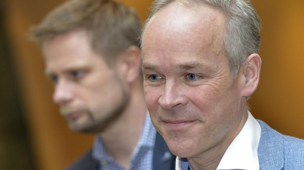 SANNER: Kommunal- og moderniseringsminister Jan Tore Sanner (til høyre) fotografert med helse- og omsorgsminister Bent Høie i bakgrunnen.