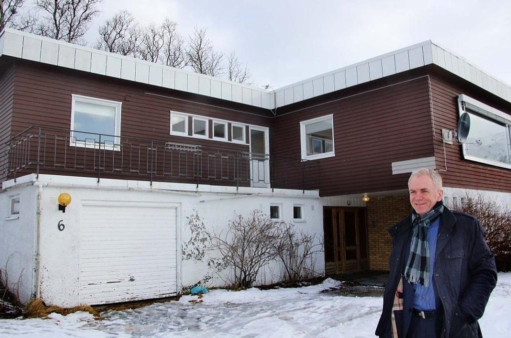Jon Rye-Holmboe foran inngangen til boligen i Henrik Ibsens veg 6 som nå er til salgs for syv millioner kroner.