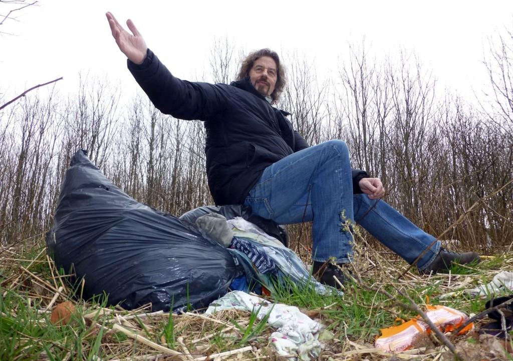 VIL RYDDE: Arbeidsløse Vidar Kristiansen trommer sammen til dugnad. Sammen med romfolk og naboer skal søppelhaugene på Øra ryddes vekk kommende helg.