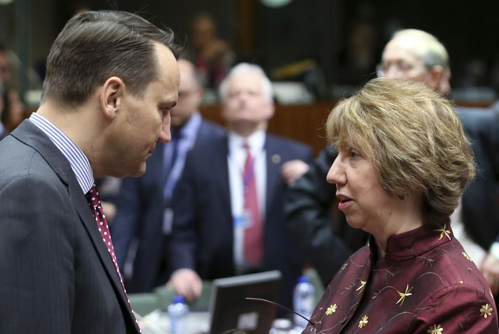 Polens utenriksminister Radoslaw Sikorski (t.v.), her i samtale med EUs utenrikssjef Catherine Ashton, sier han støtter Jens Stoltenberg som ny generalsekretær i NATO.