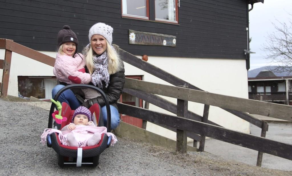 GLAD I BARNEHAGEN: Mona Eek-Jensen, her sammen med døtrene Emma (tre år, på armen) og Andrea (7 mnd.), er FAU-leder i Rønningen barnehage. Hun og mange andre foreldre er bekymret for barnehagen de er glade i.Foto: Vidar Bakken