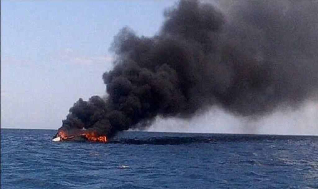 Politiet på den karibiske øya St. Vincent leter etter en norsk kvinne etter at ektemannen hennes ble funnet død om bord i den brennende båten på bildet.