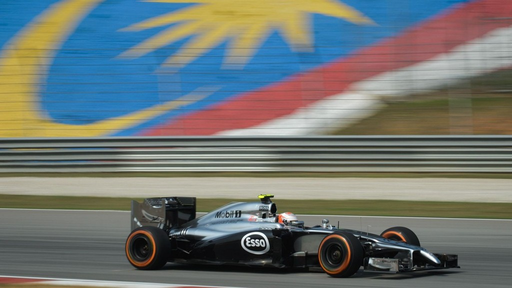PÅ TRENING: Kevin Magnussen i aksjon i sin McLaren under den første treningen på Sepang-banen nær Kuala Lumpur.