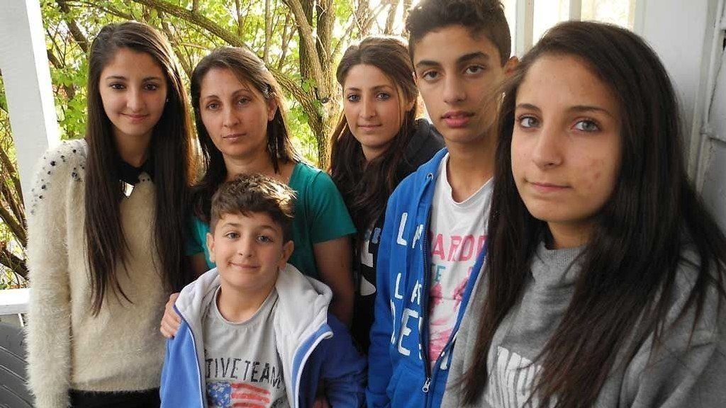 I LILLESAND: Cemile Tumenic og barna på asylmottakboligen som har vært deres hjem de siste årene. Familien har mange venner i lokalsamfunnet som har støttet deres kamp.