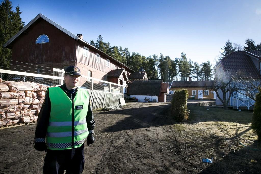 Innsatsleder Finn Håvard Aas i Røyken og Hurum politidistrikt på gården i Holsmbu i Buskerud der en kvinne ble drept i april i fjor. Foto: Heiko Junge / NTB scanpix