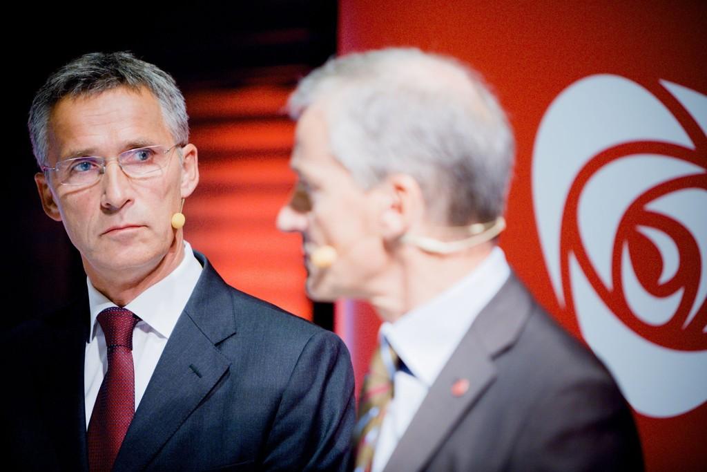 Jonas Gahr Støre (til høyre) vil tenke seg nøye om før han eventuelt sier ja til å bli ny partileder i Ap.