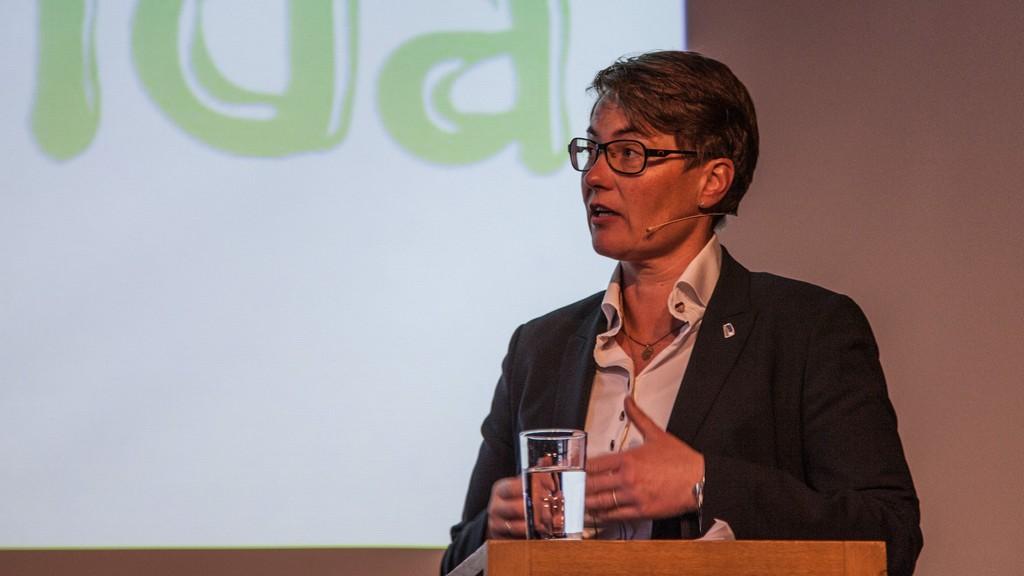Miljøvernminister Tine Sundtoft mener at elbiler er bra fordi bilen i seg selv ikke har klimagassutslipp.