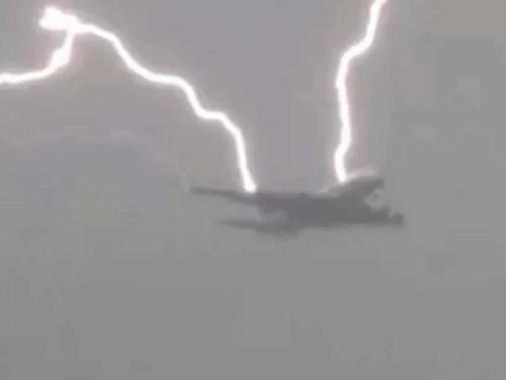 Passasjerfly fra KLM ble truffet av lyn like før landing i Birmingham.