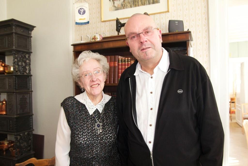 Einar Gelius holdt foredrag på Manglerud gård. F.v.: arrangør Tordis Nilsen og Einar Gelius.