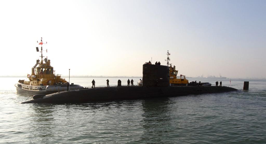 Den britiske atomubåten HMS Tireless har avansert kapasitet til leting under vann og skal benyttes til å lytte etter de elektroniske signalene fra flyets såkalte svarte bokser med ferdskriver og taleregistrator.