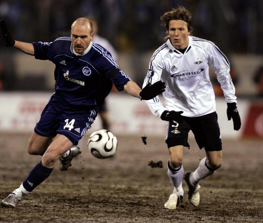 Erik Hagen (til venstre) i aksjon for Zenit i UEFA-kamp mot Rosenborg i St. Petersburg, Russland februar 2006. Her i duell med Frode Johnsen.