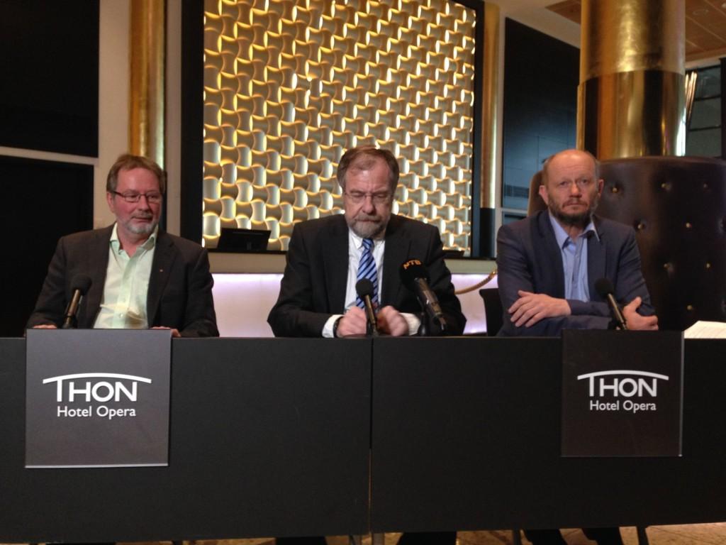 Oppgjøret ble presentert på en pressekonferanse ved 19-tiden onsdag kveld. Fra venstre: forbundsleder Arve Bakke, riksmegler Nils Dalseide og administrerende direktør i Norsk Industri, Stein Lier-Hansen