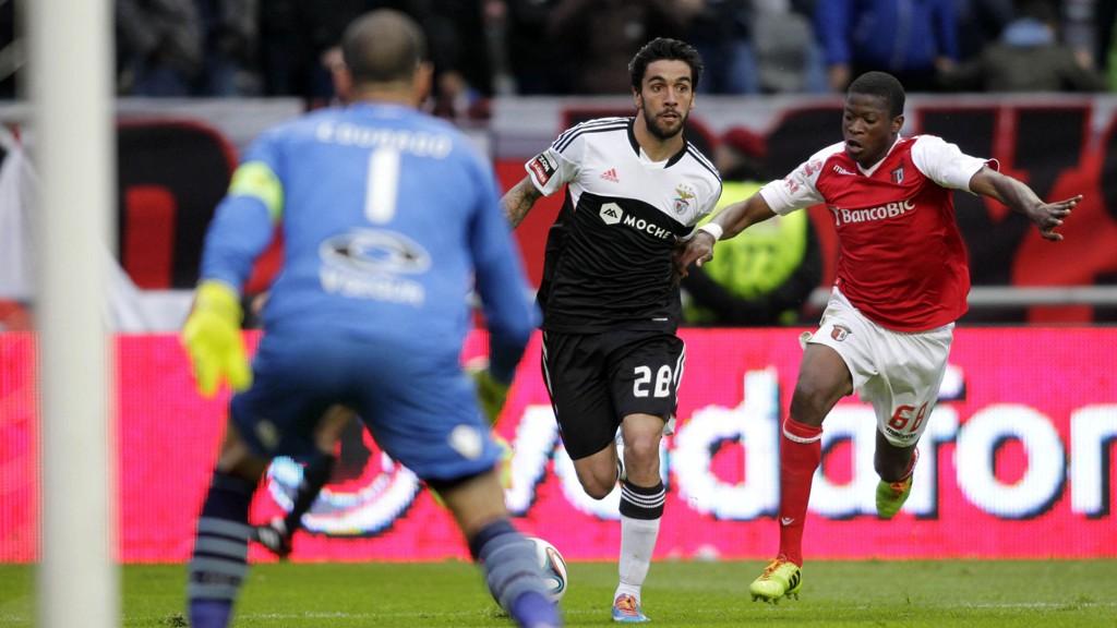 Silvio (til venstre) avbildet i duell med Nurio Fortuna under Benficas 1-0-seier over Braga i helgen.