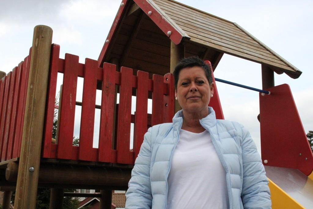 Mona Frøshaug mener støyen fra lekeplassen fratar henne muligheten til å sove på dagtid.