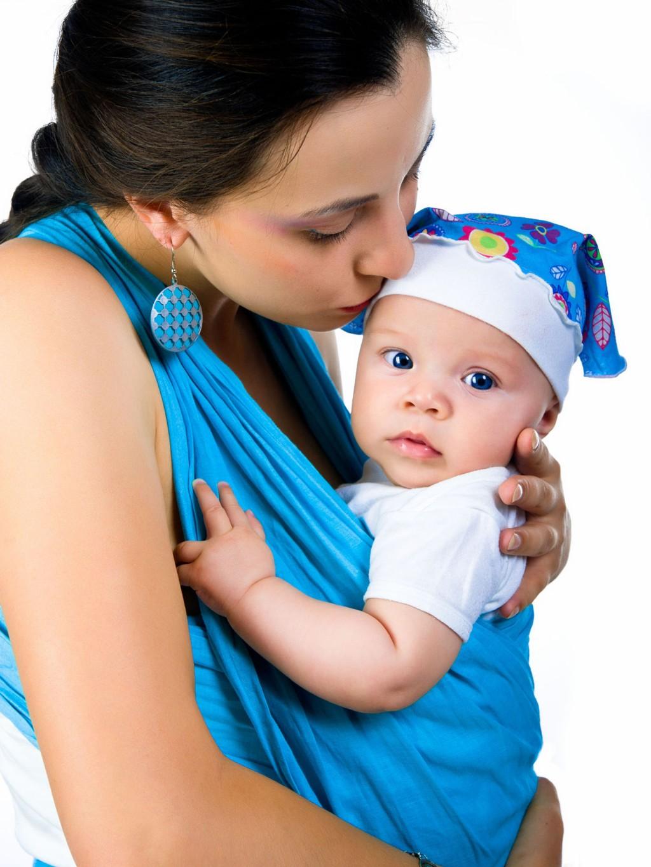 Du bør ha barnet stramt inntil deg, og så høyt oppe at du kan kysse barnet på pannen.