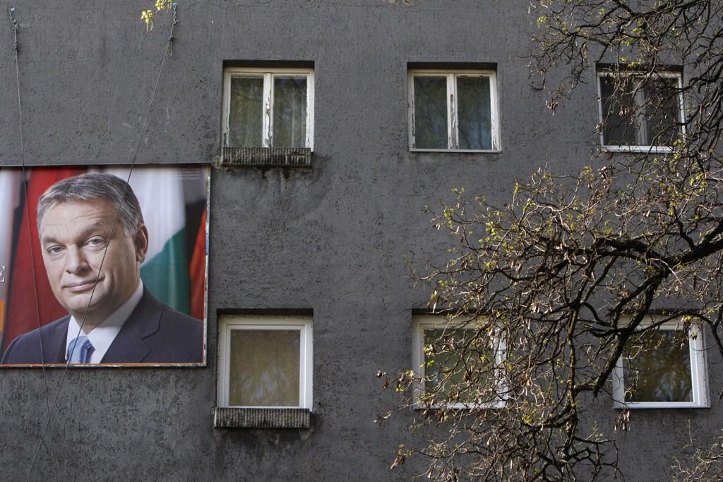 En valgplakat med bilde av statsminister Viktor Orbán, som ventes å vinne en ny seier i Ungarn. Spørsmålet er bare hvor stor den blir.