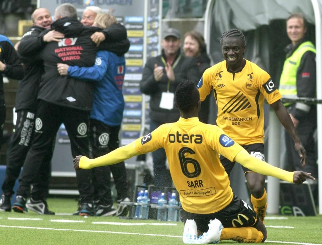 VENDINGEN: Babacar Sarr jubler sammen med Ernest Asante (t.h.) etter at Sarr utlignet til 1-1 for Start mot Haugesund