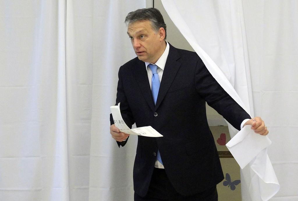 Ungarns statsminister Viktor Orbán på vei til å avgi stemme.