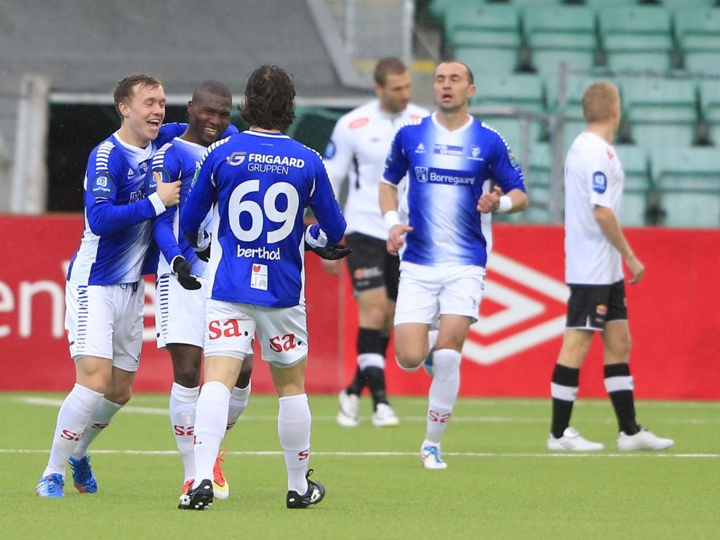 FLOTT SCORING: Franck Dja Djedje scoret et praktfullt mål på Fosshaugane Campus søndag. Her gratuleres han av lagkameratene.
