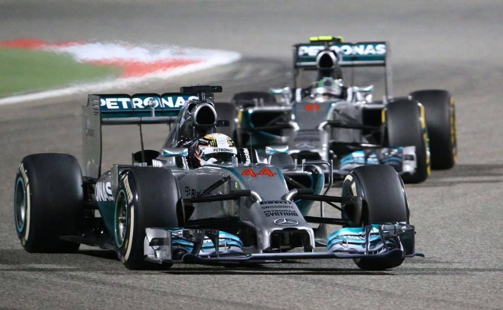 TETT DUELL: Mercedes-førerne gjorde opp om seieren i søndagens VM-løp formel 1 i Bahrain.