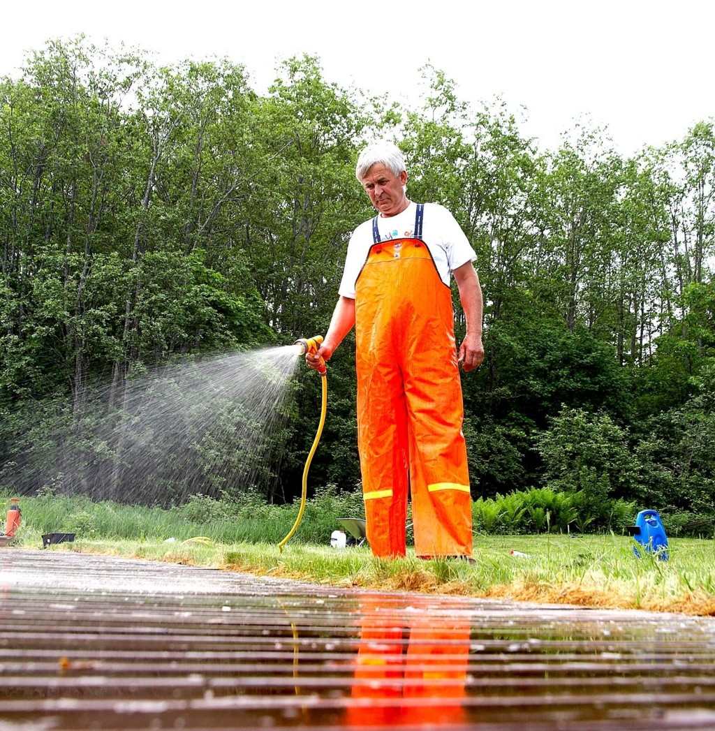 Start rengjøringen med å spyle grundig med rent vann fra hageslangen.