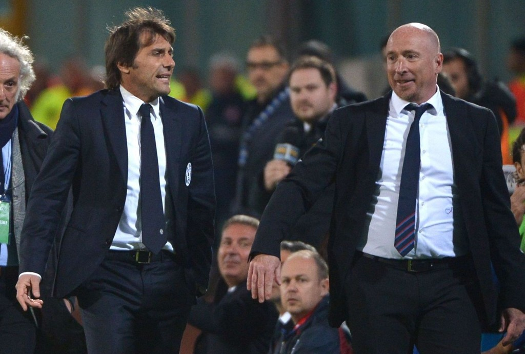 Catania's coach Rolando Maran (R) and Juventus' coach Antonio Conte leave the pitch after being expelled during the Italian Serie A football match Catania vs Juventus on March 23, 2014 in Catania. AFP PHOTO / GABRIEL BOUYS