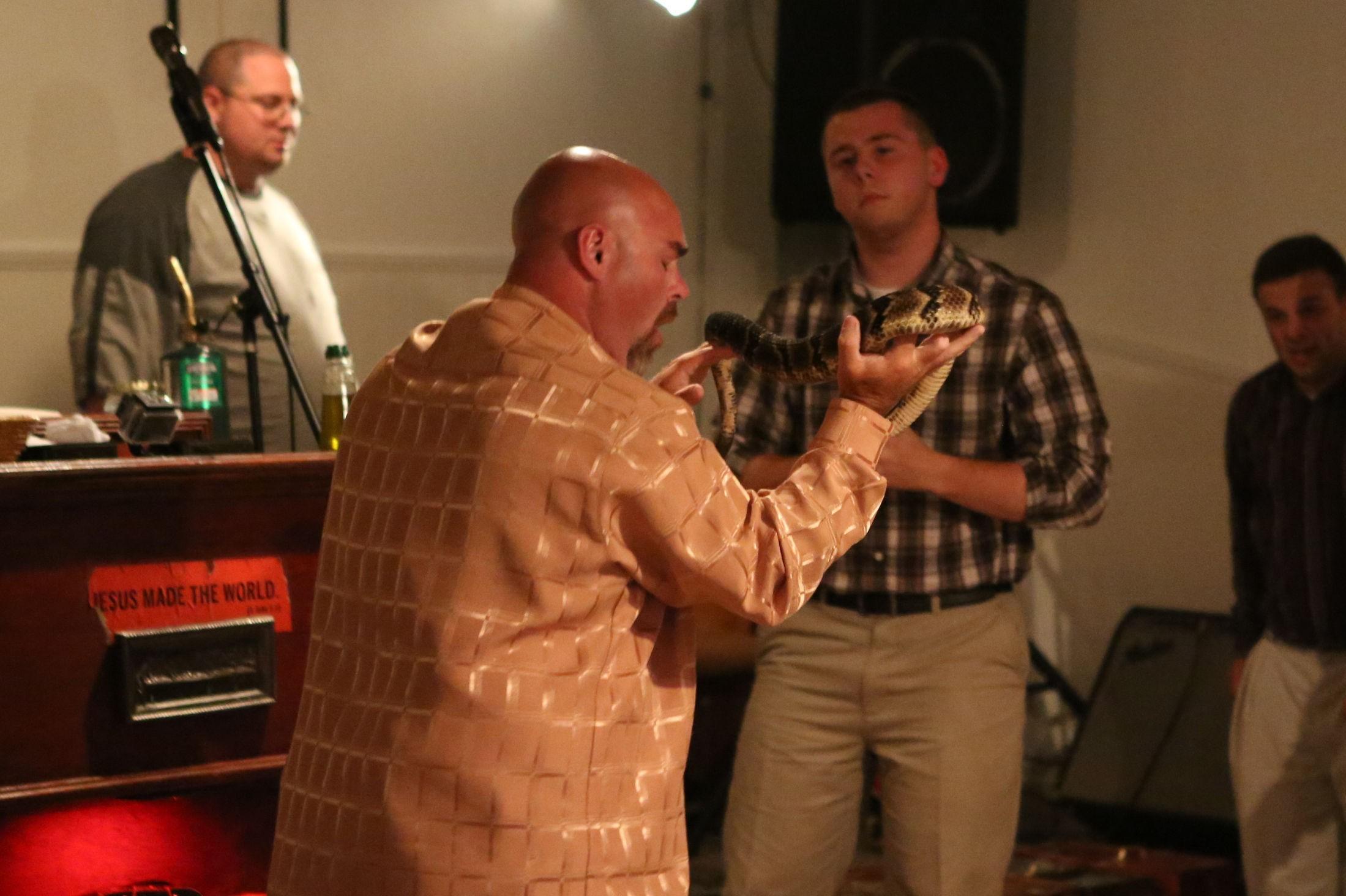 HELLIG OVERBEVIST: Pastor Jamie Coots holder en preken mens han holder en giftig slange. Presten var overbevist om at giftige slangebitt ikke vil kunne skade ham så lenge han var i Guds nåde.