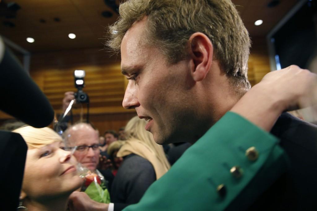 VANT: Anne Beathe Tvinnerheim tapte kampen og gratulerer Ola Borten med vervet som 1. nestleder på mandagens ekstraordinære landsmøte i Senterpartiet. Tvinnereim ble valgt til 2. nestleder.