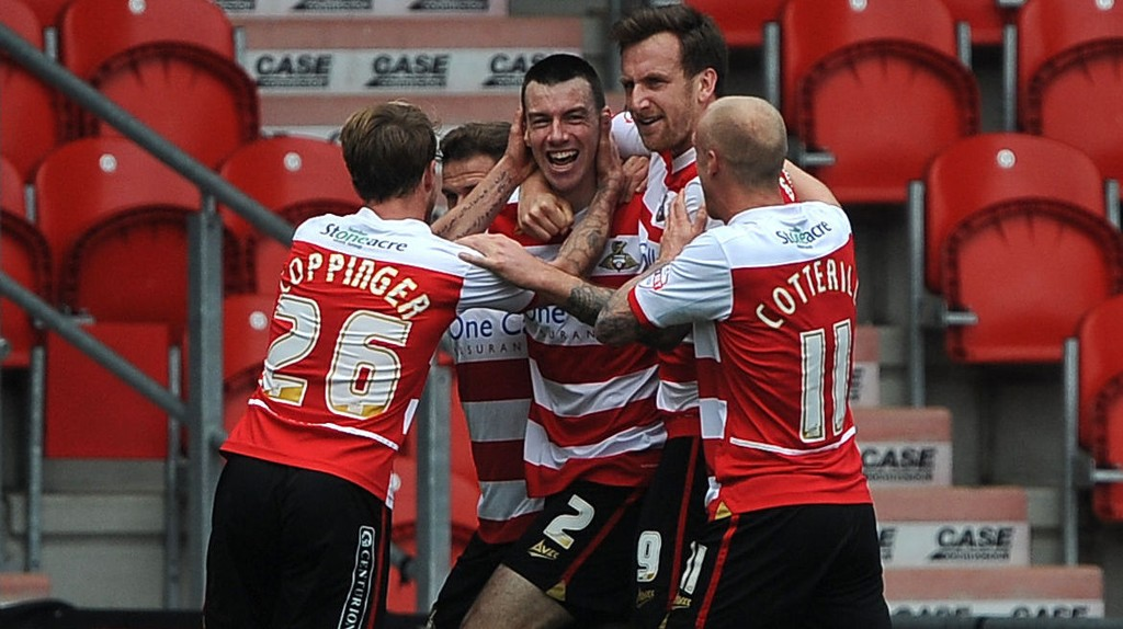 Doncasters Paul Quinn (i midten) scoret først i kampen mot Birmingham, men til slutt måtte de se seg slått.