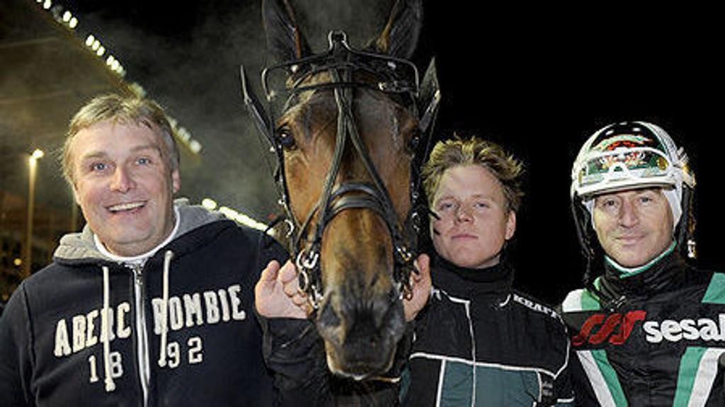 Trener Lars I Nilsson (til venstre) og kusk Johnny Takter (til høyre).