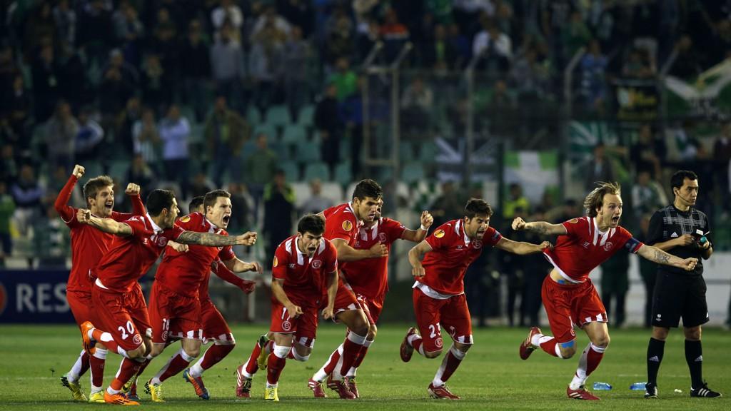 Sevilla-spillerne slipper jubelen løs etter å ha slått ut byrival Betis på straffer i forrige Europa League-runde.