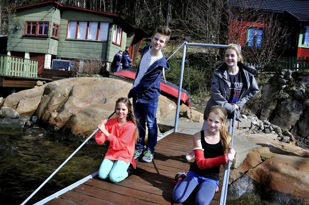 JUBLER: De unge i familien representert ved Rikke Kampenes (foran t.v.) og Janniche Strømnes, Robin Strømnes (bak t.v.) og Aurora Kampenes gleder seg over at det er gitt tillatelse til en ny hytte