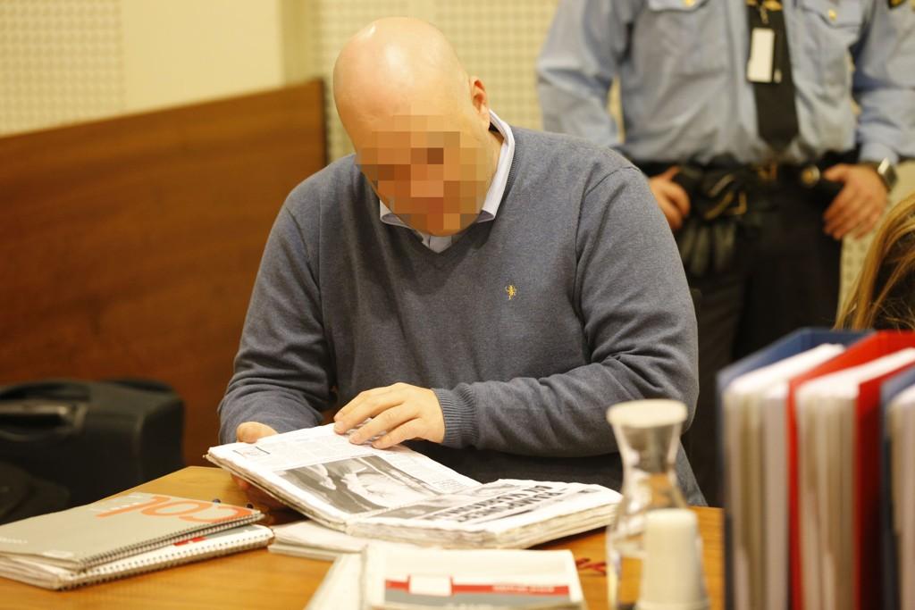 Den tiltalte i Sigrid-saken blar her i hefter med avisutklipp om sin egen sak før ankesaken startet i Borgarting lagmannsrett i Oslo tirsdag.