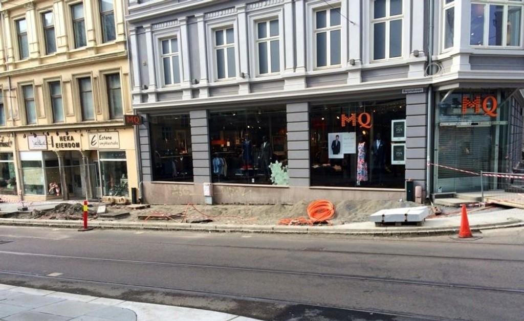 IKKE PRIORITERT: Det prioriterte arbeidet som skal gjøres med fortauet i Bogstadveien 8-10 har nå stått helt stille i to dager.