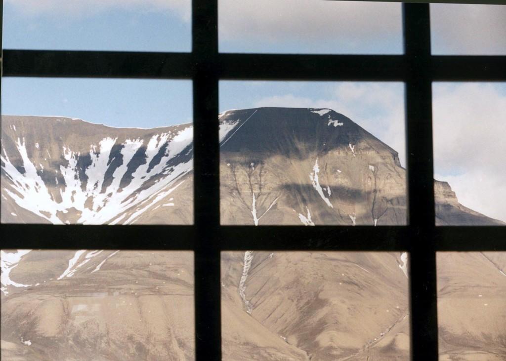 Det privateide landområdet på Svalbard inkluderer blant annet det nedlagte gruvesamfunnet Hiorthhamn og Operafjellet (Bildet: Utsikt mot Operafjellet fra Svalbard polarhotell.)