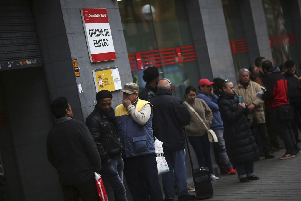 Arbeidsledige i kø utenfor et arbeidskontor i Madrid. Ferske tall viser at ledigheten i det kriserammede Spania fortsetter å stige.