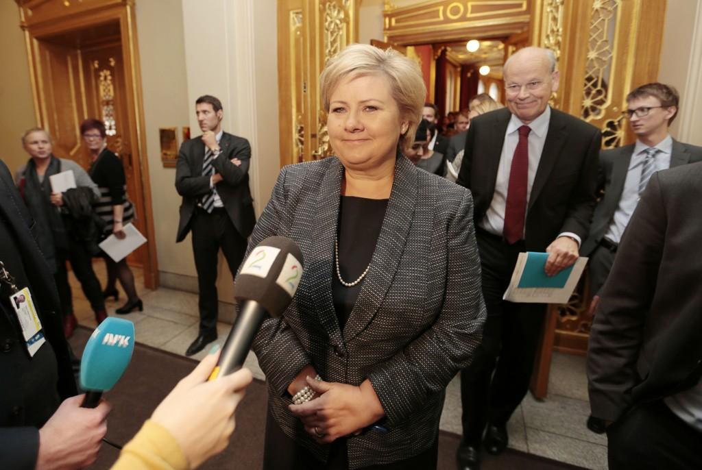 SIER NEI: Høyre sier nei til en grunnlov i ny språkdrakt. Her er statsminister Erna Solberg (H) i Stortinget, og i forbindelse bakgrunnen står Michael Tetzschner.