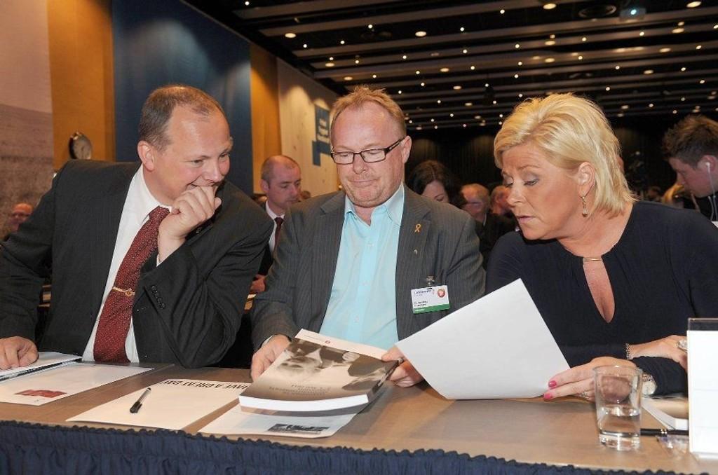 Per Sandberg (midten) ønsker foreløpig ikke å si noe om OL-saken, men viser til at innstillingen vil bli gjort kjent lørdag ettermiddag. Her omkranset av partitoppene Ketil Solvik-Olsen og Siv Jensen.