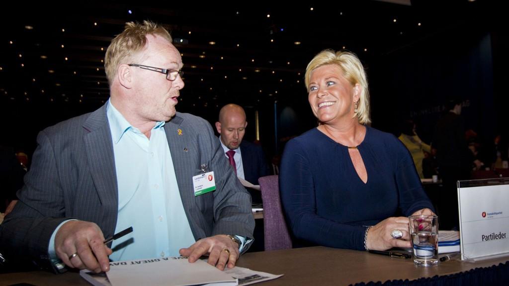 GARDERMOEN: FrP-leder Siv Jensen snakker med nestleder Per Sandberg (t.v.) under Fremskrittspartiet sitt landsmøte på Gardermoen fredag.